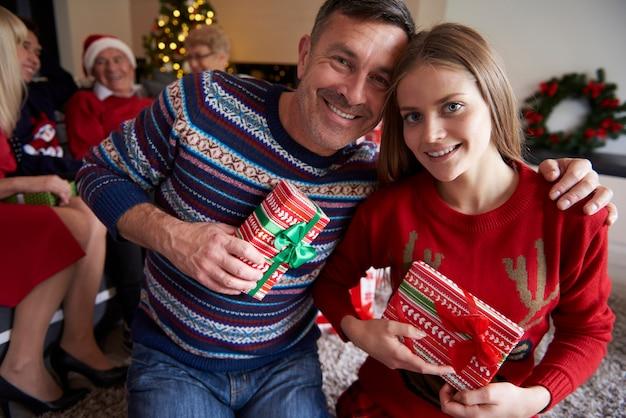 Portrait de père et fille joyeux