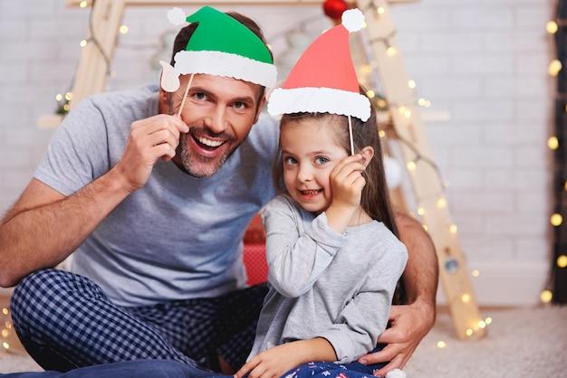 Portrait de père et fille avec masque drôle