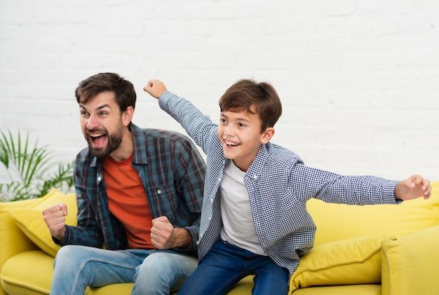 Portrait de père et fils heureux
