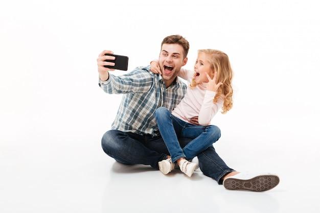 Portrait d'un père joyeux et de sa petite fille