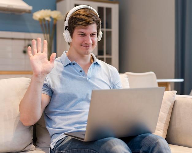 Portrait de père en vidéoconférence à la maison