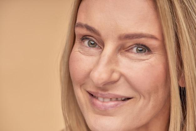 Portrait de perfection d'une charmante femme caucasienne d'âge moyen avec une peau propre et douce