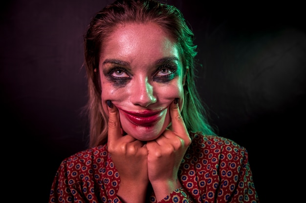 Portrait d'un personnage d'horreur de clown maquillage souriant