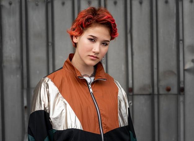 Portrait de personne non binaire rousse en vêtements de sport