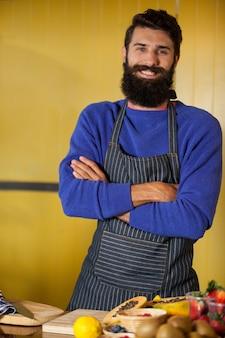 Portrait de personnel masculin debout avec les mains croisées à la section organique