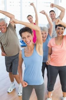Portrait de personnes souriantes faire des exercices de remise en forme de puissance