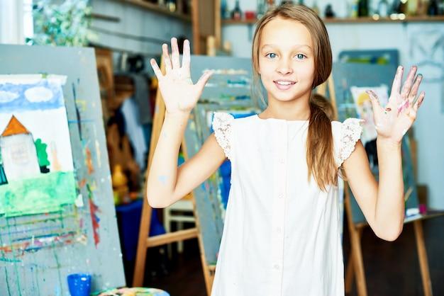 Portrait d'un petit artiste talentueux