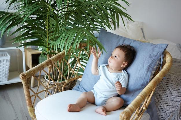 Un portrait d'un petit garçon assis sur la chaise