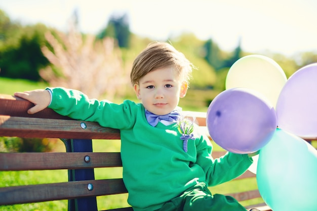 Portrait d'un petit garçon avec des ballons