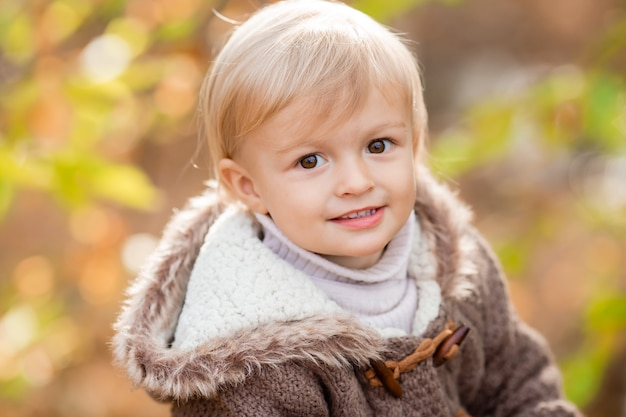 Portrait d'un petit garçon blond dans un pull en automne. photo de haute qualité