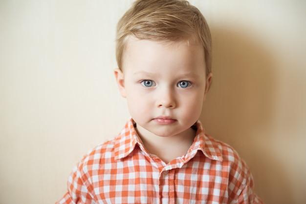 Portrait de petit garçon dans une chemise à carreaux. fermer