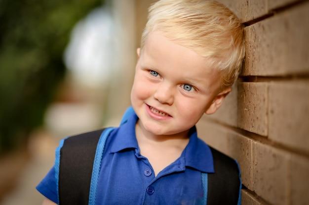 Portrait d'un petit garçon dans un joli jardin