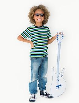 Portrait d'un petit garçon de descendance africaine avec une guitare isolée