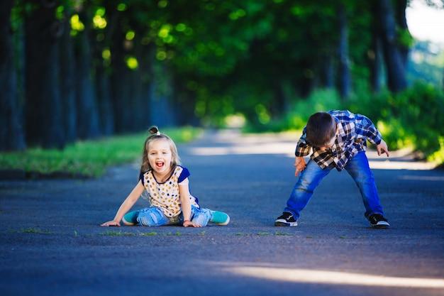 Portrait de petit garçon et fille dans un parc