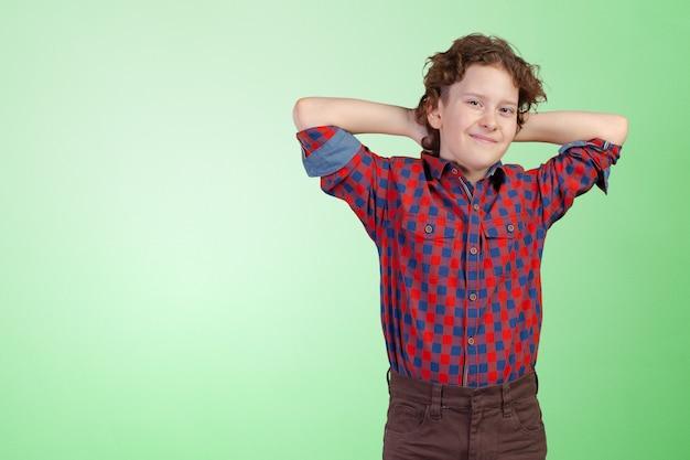 Portrait de petit garçon avec les mains jointes
