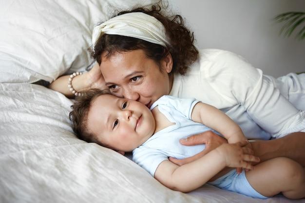 Un portrait d'un petit garçon et d'une mère