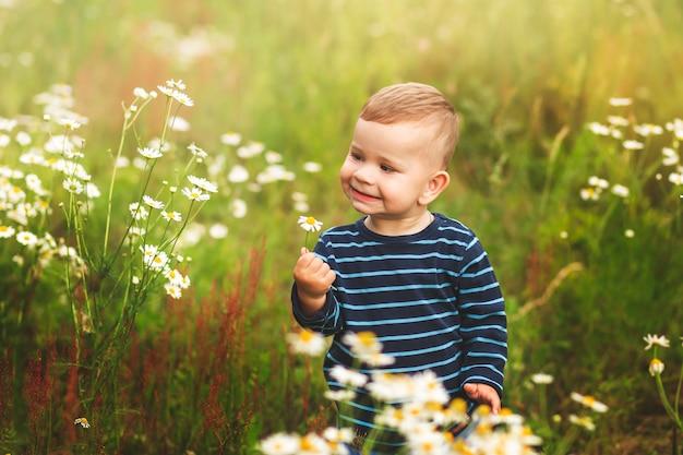 Portrait d'un petit garçon parmi les fleurs