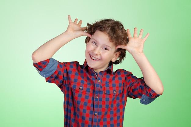 Portrait de petit garçon rigolo