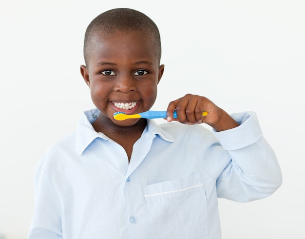 Portrait d'un petit garçon souriant, se brosser les dents