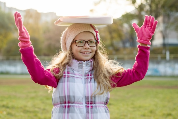 Portrait de petite écolière sur une journée ensoleillée d'automne