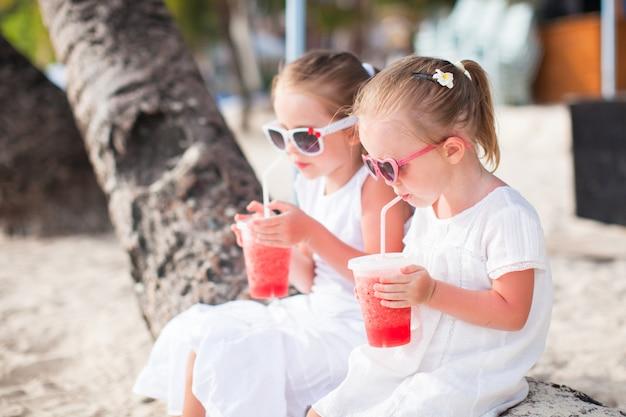 Portrait de petite fille adorable sur une plage tropicale blanche