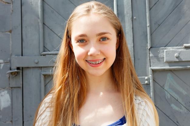 Portrait d'une petite fille avec appareil orthodontique