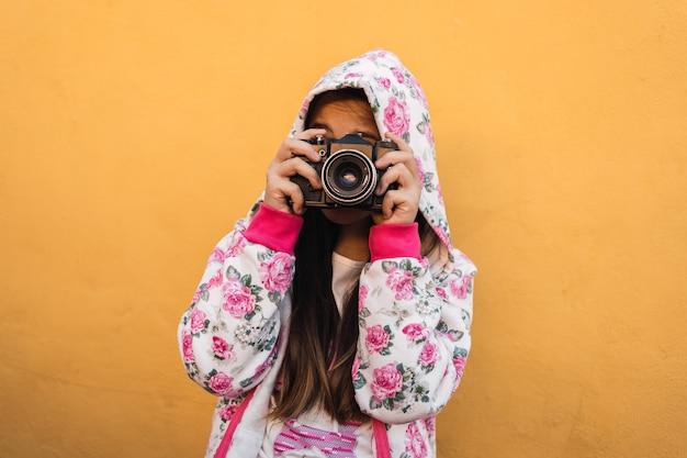Portrait d'une petite fille avec un appareil photo.