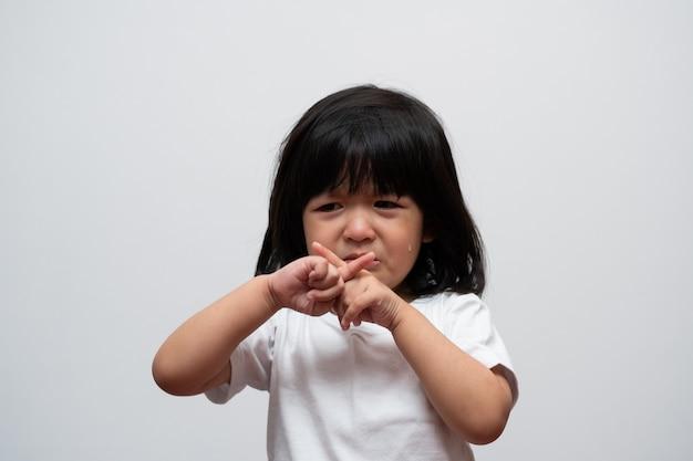 Portrait d'une petite fille asiatique en colère triste et pleurer sur fond blanc isolé l'émotion d'un enfant