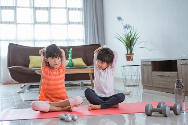Portrait de petite fille asiatique heureux deux exercice à la maison