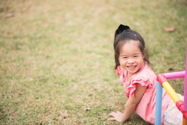 Portrait petite fille asiatique jouant
