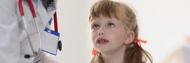 Portrait de petite fille au rendez-vous de médecins