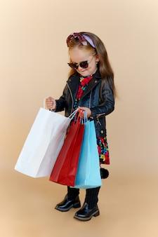 Portrait d'une petite fille aux cheveux longs dans des vêtements d'automne élégants