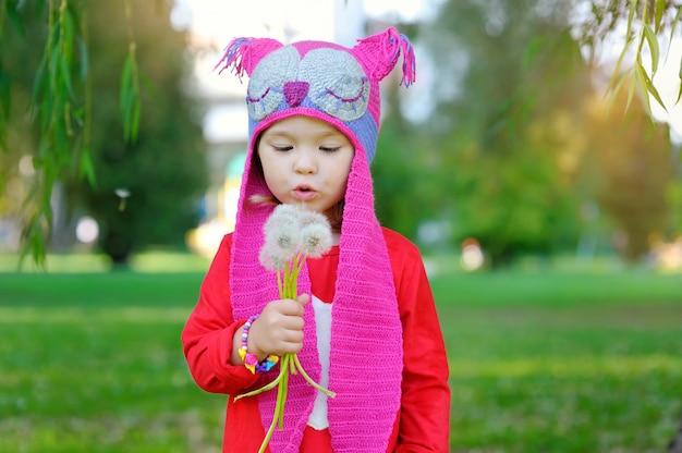 Portrait d'une petite fille belle mode