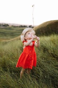 Portrait d'une petite fille belle sur la nature en vacances d'été
