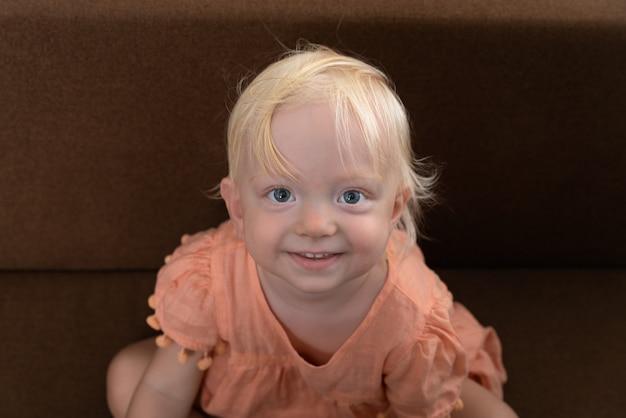 Portrait de petite fille blonde. fille blonde regardant la caméra et souriant.