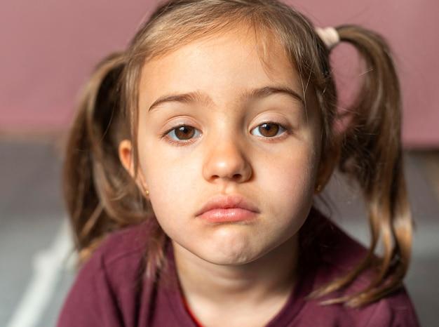 Portrait petite fille bouleversée
