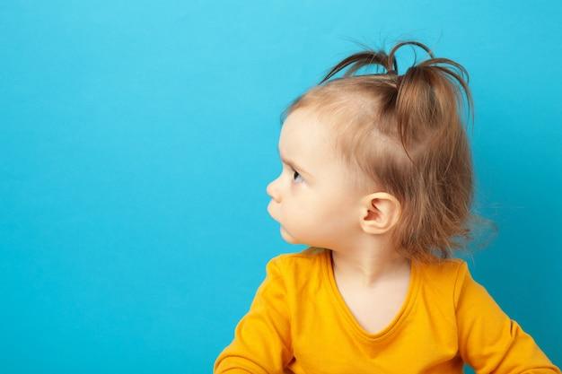 Portrait de petite fille en colère avec espace de copie. vue de dessus