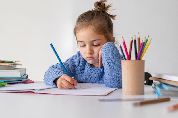 Portrait de petite fille à colorier