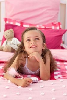 Portrait, de, a, petite fille, coucher lit
