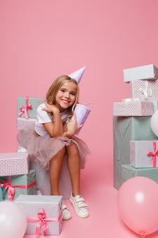 Portrait d'une petite fille dans un chapeau d'anniversaire