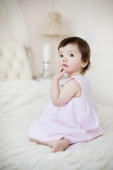 Portrait d'une petite fille douce à la maison