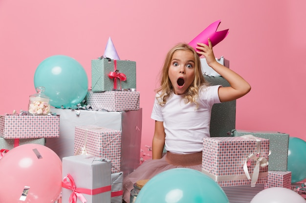 Portrait d'une petite fille excitée choquée