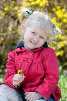 Portrait de petite fille à l'extérieur