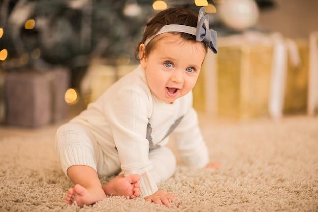 Portrait d'une petite fille sur un fond de noël