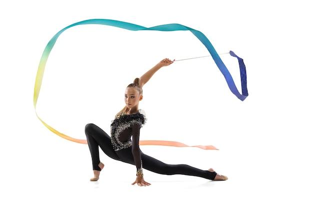Portrait de petite fille, formation d'artiste de gymnastique rythmique isolée sur blanc