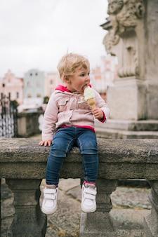 Portrait de petite fille avec de la glace