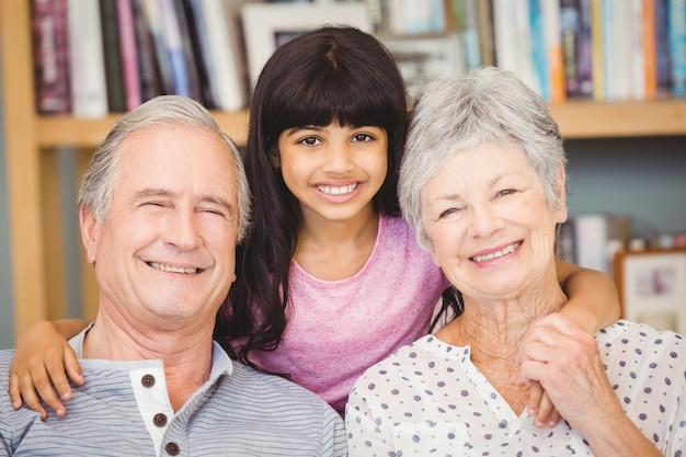Portrait de petite fille avec les grands-parents