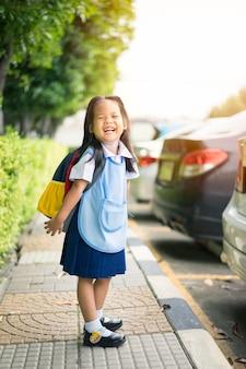 Portrait, de, petite fille heureuse, dans, uniforme thaïlandais, école, debout, dans parc, prêt, à, école