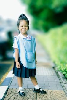 Portrait, de, petite fille heureuse, dans, uniforme thaïlandais, école, tenir, sentier, prêt, à, école