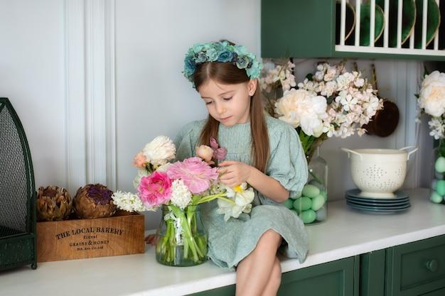 Portrait de petite fille heureuse tenant des fleurs de bouquet